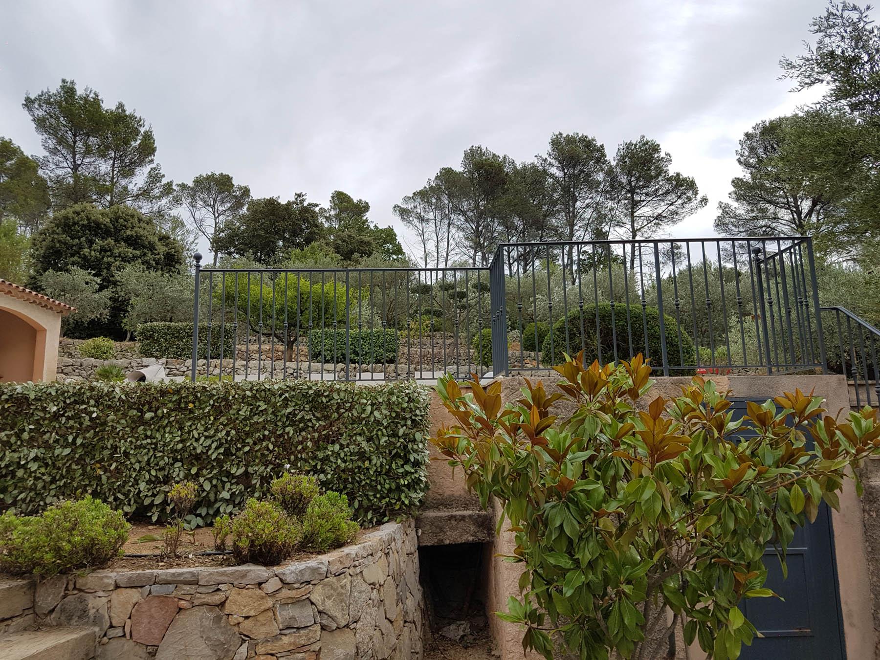 Nettoyage et taille d 39 un jardin entretien de propri t s for Entretien jardin frejus
